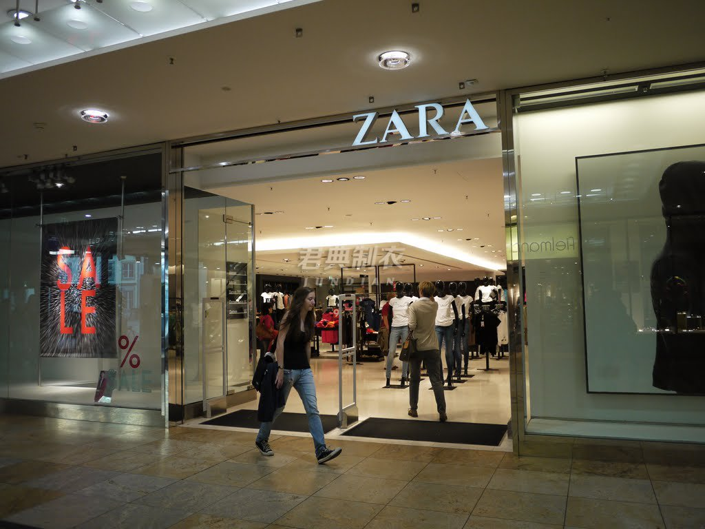 走进zara店内,柜台和店内各角落都装有摄影